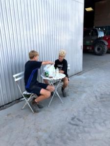 Høstmedhjælperne uden mad og drikke dur helten ikke, kalr til at ligge rajgræs ind.