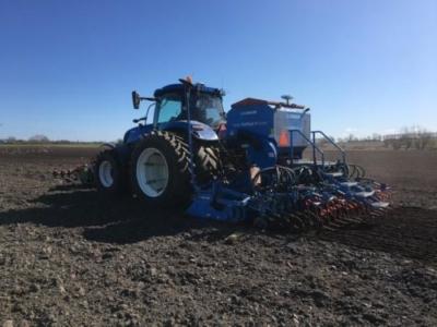 Der sås med den nye brugte leje traktor til den anden kommer efter høst
